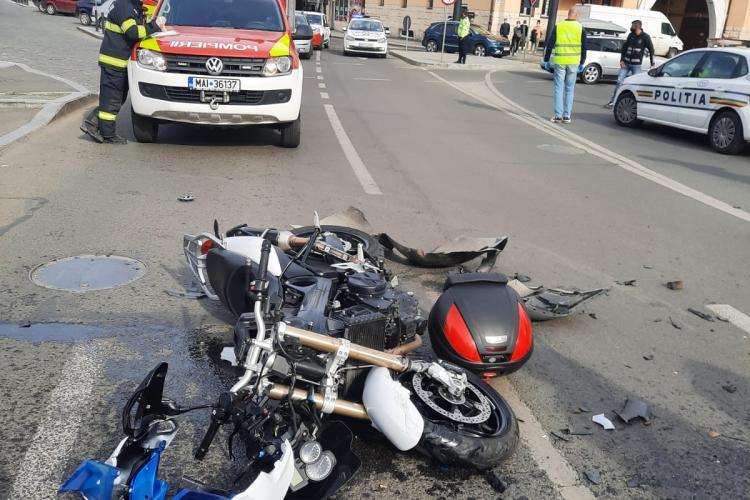 Motociclist lovit de o mașină în Piața Gării. Două persoane de pe motor au fost rănite - FOTO