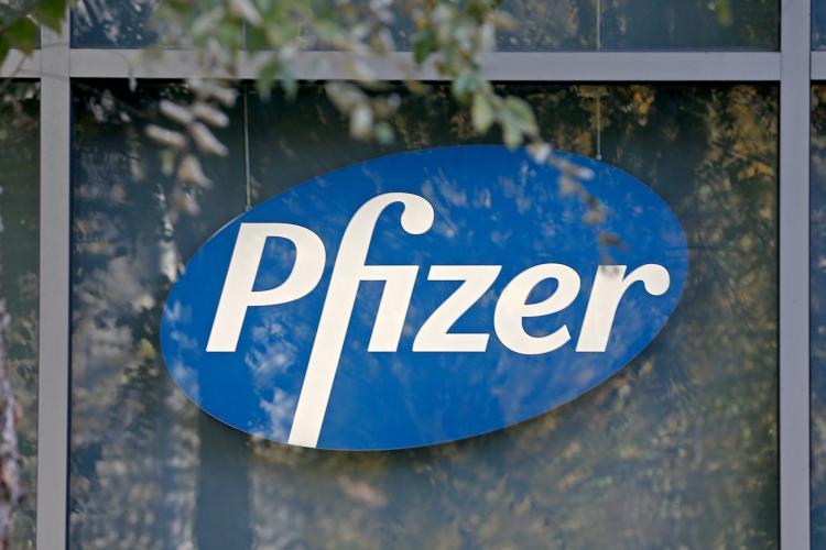 Până la finalul lui 2021, oamenii s-ar putea trata cu un medicament Pfizer, de acasă, de la primele simptome de COVID-19