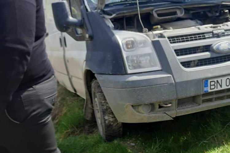 Mașină lovită de tren. Autoturismul a rămas suspendat deasupra unei râpe - FOTO