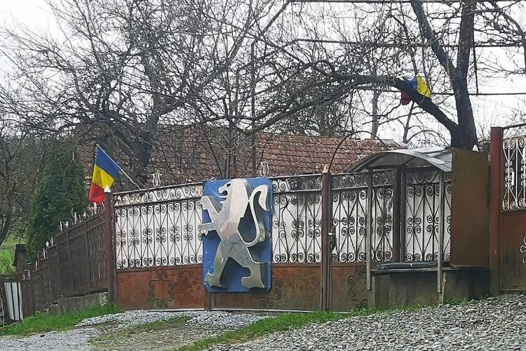 """După gardul Louis Vuitton, acum a apărut gardul Peugeot. """"Se spune că e vizibil din Mociu"""" - FOTO"""