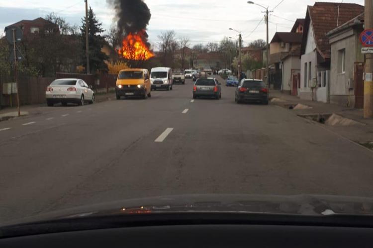 O casă a luat foc pe strada Giordano Bruno. Distrugerile sunt mari - VIDEO