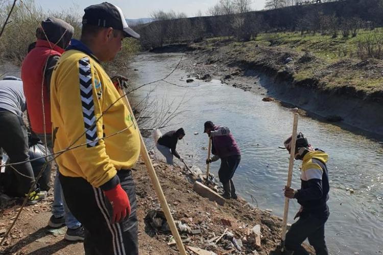 Gunoaie adunate pe Someș la Gilău. Primarul Topan amenință. Comunitatea romă a adunat deșeurile - FOTO