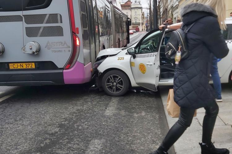 Un taximetru a lovit un troleibuz pe Regele Ferdinand, venind de pe pietonală - FOTO