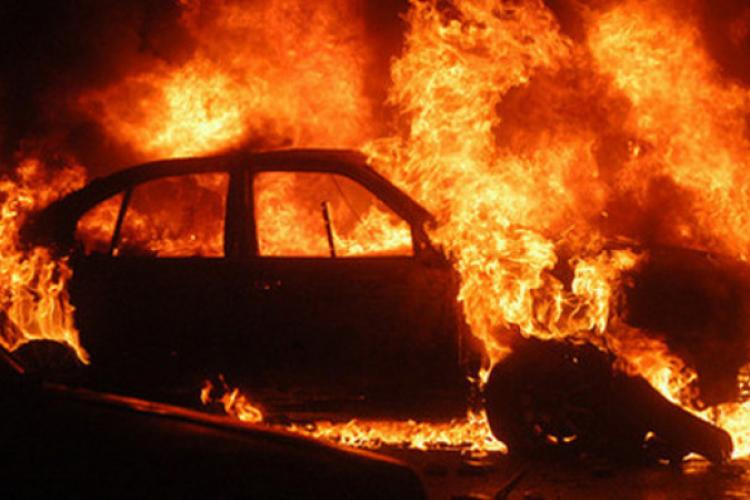 Cluj: Un tânăr a furat o mașină, a făcut accident și i-a dat foc