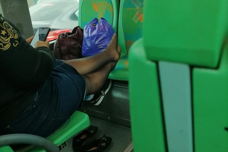 Scenă dintr-un autobuz spre Florești. Dacă lumea e cu mască, și-a pus cu picioarele pe scaun - FOTO