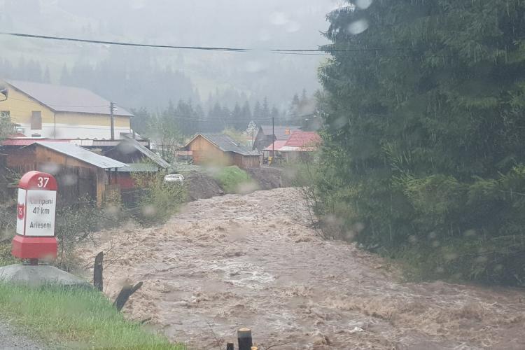 Ruperi de nori în Apuseni! Risc de inundații din cauza ploilor și defrișărilor! Imagini cu râul Arieș - FOTO