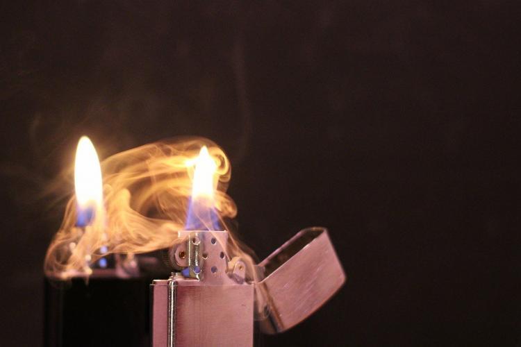 În Vaslui, oamenii nu divorțează, în schimb, își dau foc! Soțul a stropit-o cu benzină pe față și torace și i-a dat foc
