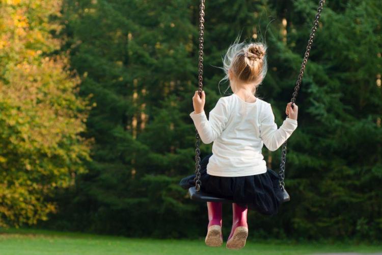 Fetiţă de 5 ani, pipăită de un necunoscut, de faţă cu mama sa, într-un parc