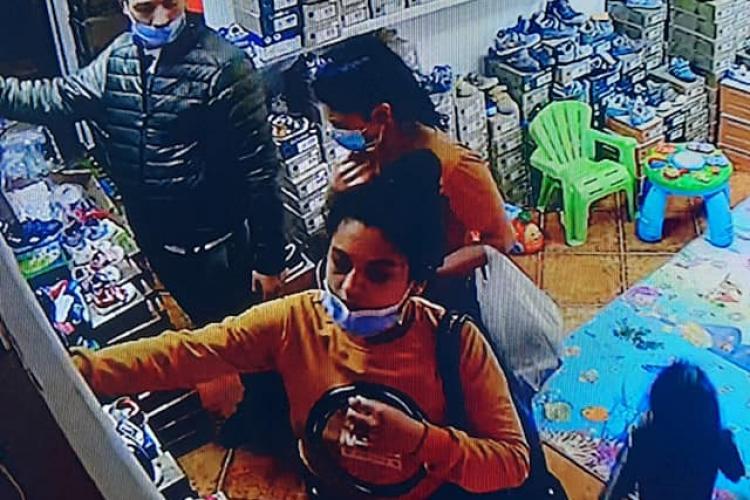 Cluj: Hoți filmați în timp ce furau pantofi de copii dintr-un magazin. Îi recunoaște cineva? - FOTO