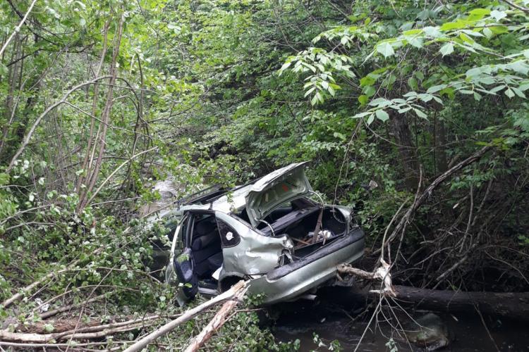 O mașină a căzut în pârău în Muntele Băișorii - FOTO