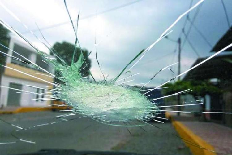 Un clujean și-a pierdut cumpătul în trafic și a spart parbrizul unei femei