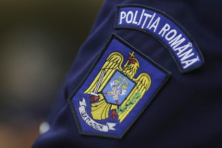 Anchetă la Poliția din Arad, după ce un polițist ar fi bătut o femeie pentru că nu purta mască
