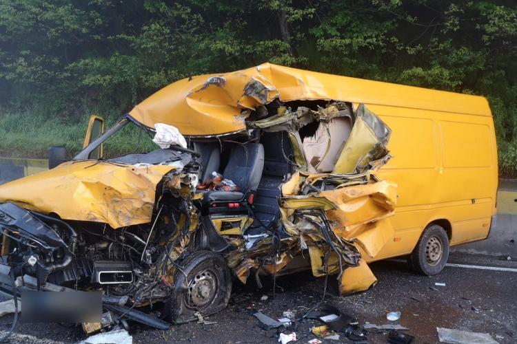 Accident grav la Poieni. Un șofer a intrat într-un TIR - FOTO