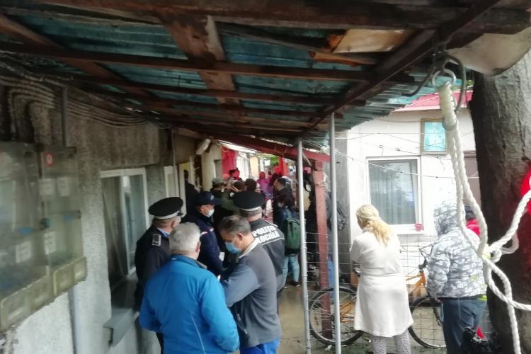Cluj: Evacuare forțată cu lacrimogene pe strada Meșterul Manole. Ocupau abuziv o locuință socială ținută goală de Primărie - FOTO