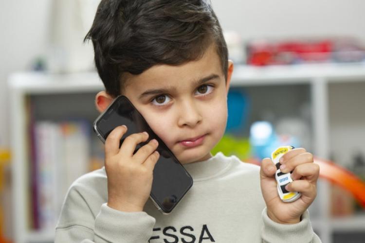 Un băiat de 4 ani a chemat poliția sunând la numărul de urgență scris pe mașina lui de jucărie, după ce mama sa a leșinat în casă