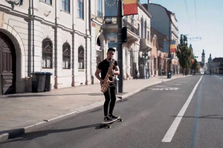Cu saxofonul pe skateboard în Cluj-Napoca. Imagini senzaționale - VIDEO