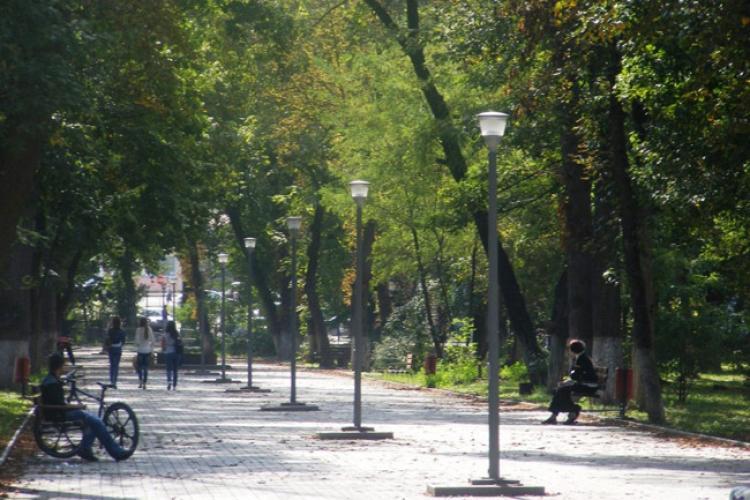 Un bărbat a fost GĂSIT mort într-un parc din Turda. Încercările de resuscitare au fost în zadar