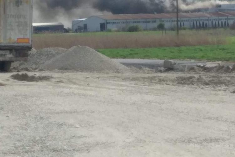 Dej: Incendiu la Pehart Tec Dej, care fabrică hârtia Pufina. Arde o hală din fabrică - VIDEO