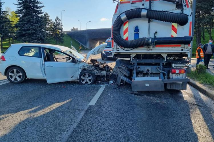 Accident grav la Podul N. A intrat cu mașina sub autospeciala care spăla Calea Florești - FOTO