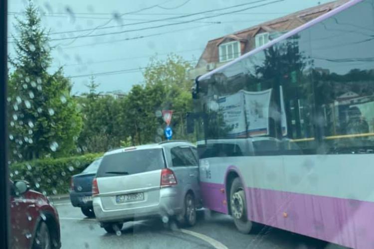 Cluj: O mașină a intrat în calea autobuzului pe Frunzișului. Traficul e îngreunat - FOTO