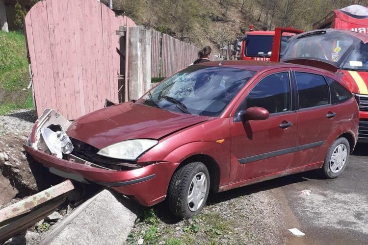 Accident la Măguri Răcătău. Trei oameni au fost duși la spital - FOTO