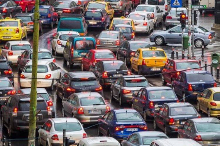 """Se pregăteşte o nouă taxă pentru şoferi. """"Ţine cont cât mai bine de principiul poluatorul plăteşte"""""""