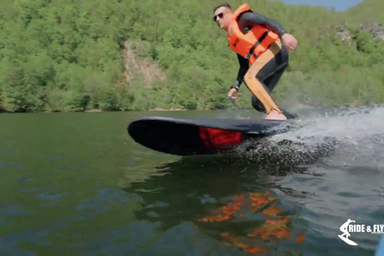 Surf ride, ultima distracție pe lacul Tarnița! Amatorii de senzații tari pot încerca - VIDEO