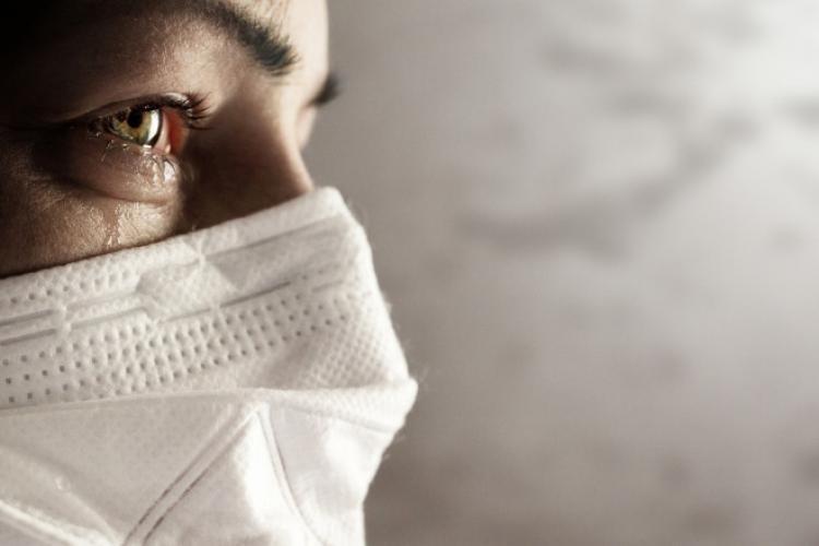 """Unele persoane se tem să renunțe la mască. Psiholog: """"Pandemia a creat trăsături specifice stresului post-traumatic"""""""