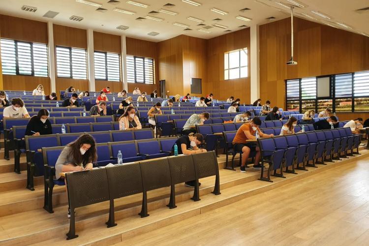 """1.400 de candidați au participat la simularea examenului de admitere la UMF """"Iuliu Hațieganu"""", din weekend"""
