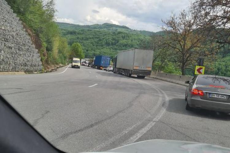 Blocaj pe Piatra Craiului pentru a fi asfaltate patru gropi! Un tramvai care venea la Cluj a fost ținut 5 ore blocat - FOTO