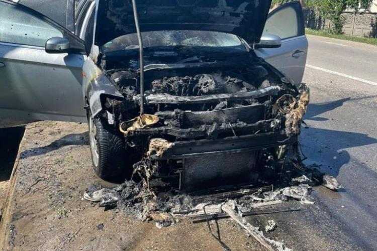 Incendiu pe DN1 la ieșire din Aiud. Motorul unei mașini a luat foc - FOTO