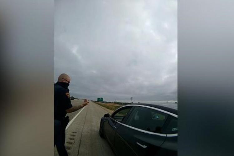 Șoferul unui autoturism Tesla pe pilot automat surprins dormind la volan, în trafic