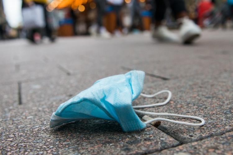 """Unde aruncăm masca de protecție după utilizare? Ministrul Mediului: """"Trebuie arsă, e un deșeu medical"""""""