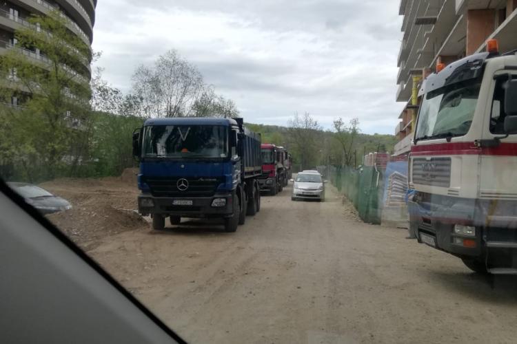 Accesul în parcul Rozelor este blocat de camioanele celor care fac blocuri - FOTO