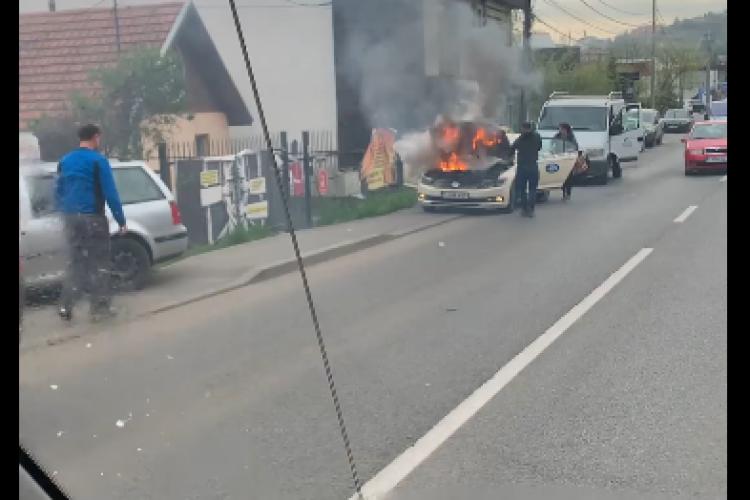 Taxi în flăcări pe Tăietura Turcului! Nimeni nu a sărit să-l ajute - FOTO