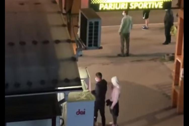 Cluj - În Piața Mărăști se fură sucuri din automat. Foamea e mare la Cluj și tineri ratați se descurcă cum pot - VIDEO