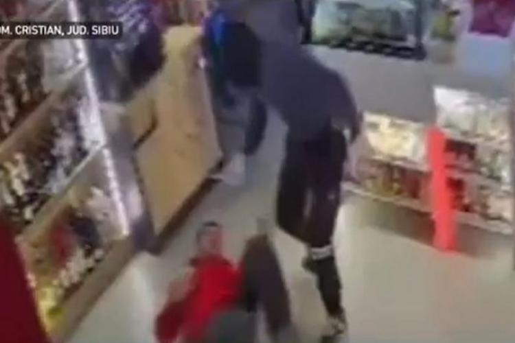 Casier al unei benzinării atacat  cu cuțitul de un bărbat venit la furat - FOTO