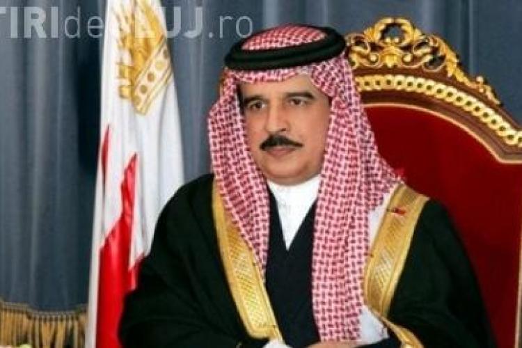 Regele Bahrainului da cate 2.650 de dolari fiecarei familii din tara sa cu ocazia aniversarii a 10 ani de la adoptarea Constitutiei