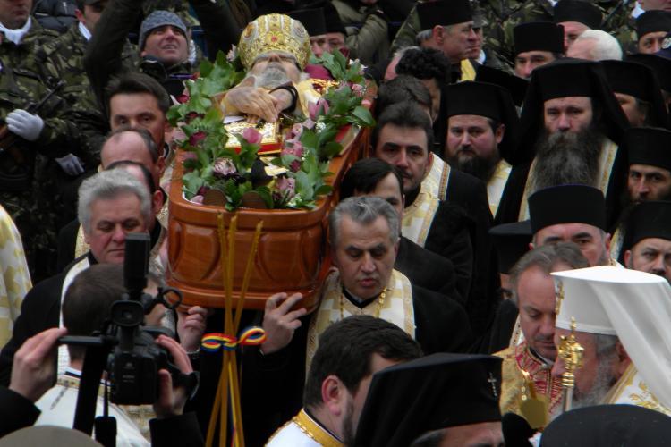 IPS Bartolomeu, dus pe brate de preoti pana la cripta Ierarhilor, unde a fost inmormantat - VIDEO si FOTO