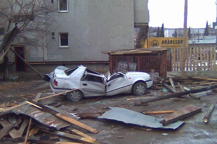 Patru masini, distruse pe strada Rasaritului de vijelia de sambata! - Galerie FOTO