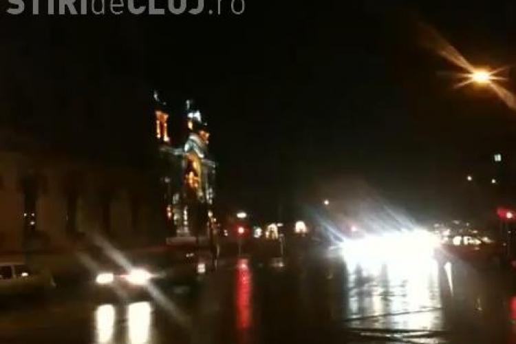 """Cine stinge lumina in centrul Clujului? Instalatia electrica din Piata Avram Iancu da """"rateuri"""" - VIDEO"""
