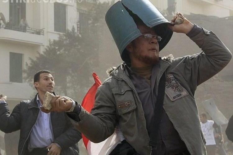 Egiptenii lupta cu oale, pet -uri si cosuri de gunoi in cap, pentru a se proteja de ploaia de pietre - Galerie FOTO
