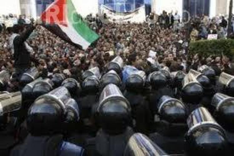 Membrii echipei TVR, printre care si Adelin Petrisor, au fost retinuti si amenintati cu cutitul in capitala egipteana Cairo