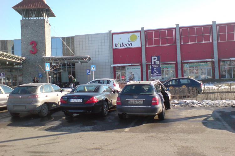 Smecheri de Cluj! Soferi de Mercedes, Audi, BMW ocupa  locurile persoanelor  cu handicap la Polus, cand restul parcarii e goala!