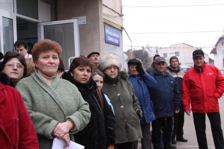 Protest la Spitalul din Campia Turzii impotriva comasarii! Oamenii au iesit in curte inca de la ora 8.30