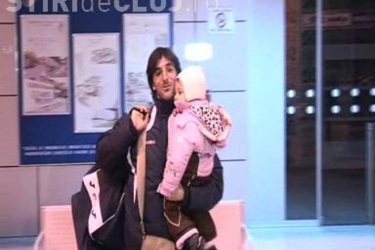 Emotie la revenirea CFR Cluj din Antalya! Peralta asteptat de sotie si de copii pe Aeroportul din Cluj - VIDEO