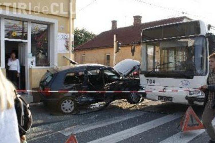Autobuz implicat intr-un accident pe Bulevardul 21 Decembrie 1989: a acrosat o tanara care astepta la trecerea de pietoni!