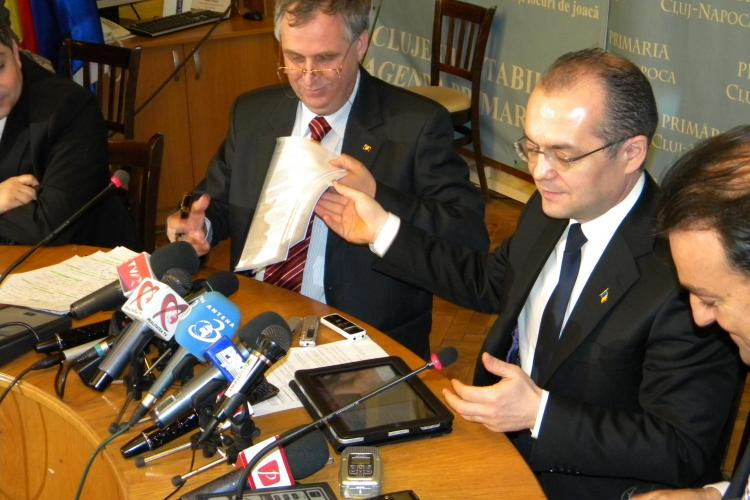Emil Boc a ajuns la Cluj si a asistat la semnarea contractului de informatizare a primariei! VEZI FOTO