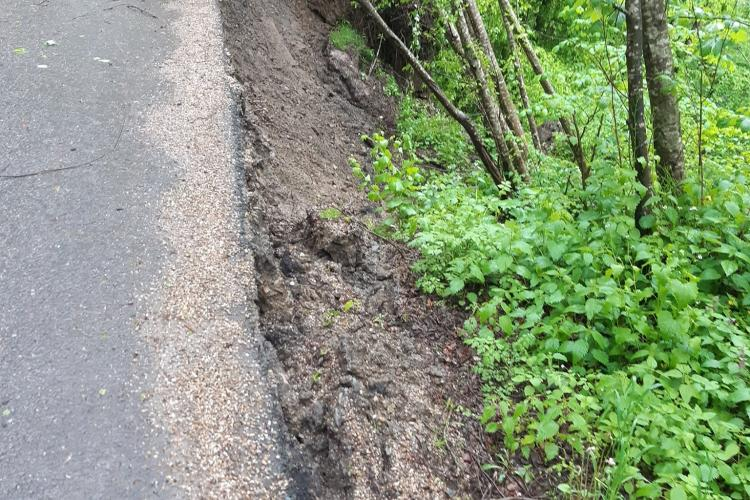 Alunecare de teren la barajul Tarnița! Drumul riscă să fie afectat la coada Lacului Tarnița  FOTO