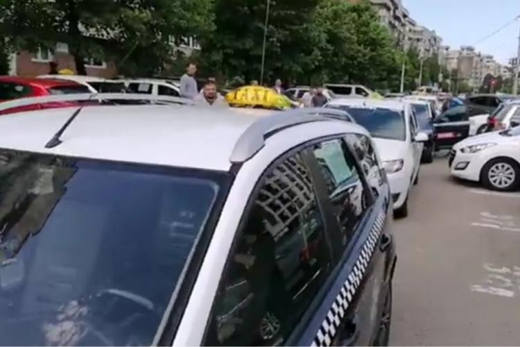 Taximetriștii au protestat la Cluj-Napoca! Cer să fie lăsați să circule pe banda de autobuz - FOTO